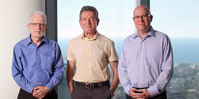 """מימין: המנכ""""ל איציק שנידובסקי ובעלי השליטה שמואל לב ואהוד שילוני, צילום: עמית שעל"""