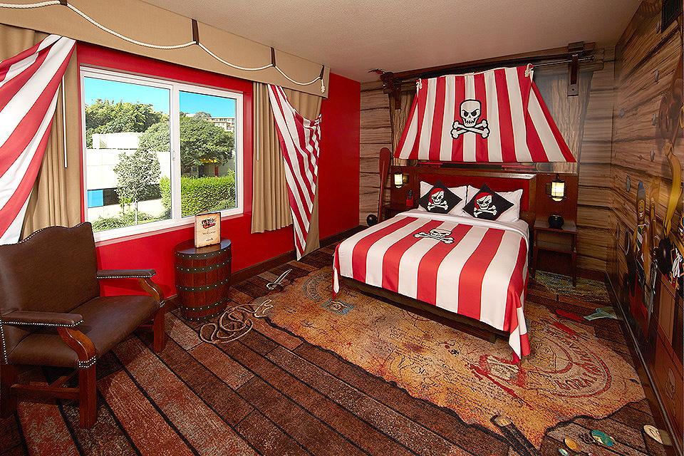 חדר השינה של ההורים עם דמויות של פיראטים