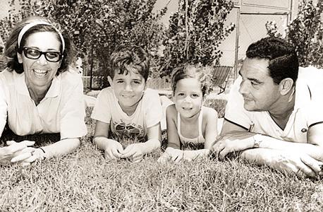 1967. מיקי חיימוביץ' (5, במרכז) עם אחיה דן (8) ואביהם ארנולד ואמם סימון, בקאנטרי קלאב תל אביב
