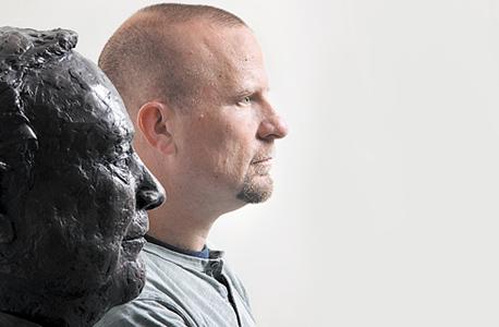 """נעם לאוטמן עם פסל אביו דב, במשרדי קרן לאוטמן בתל אביב. """"הילדים שלי לא חוו אותו מספיק. אני מקווה שהם יהיו גאים בו"""""""