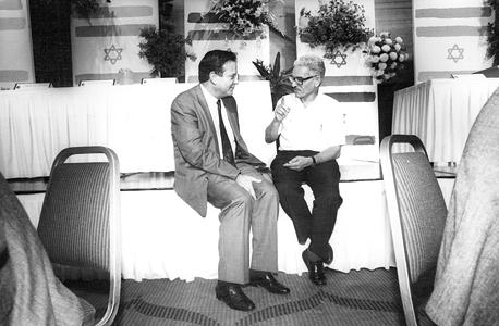 """דב לאוטמן עם מזכ""""ל ההסתדרות אז ישראל קיסר, 1988. """"ידענו שיש לנו המשאב הזה שנקרא דב לאוטמן, שיכול בטלפון אחד להגיע לכל אחד"""""""
