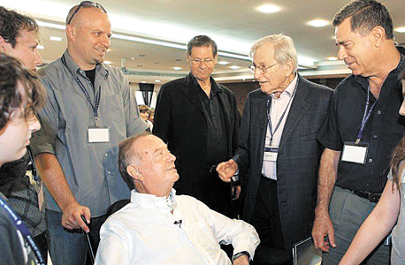"""נעם לאוטמן (משמאל) עם אביו דב (בכיסא הגלגלים), חיים יבין ואלי הורביץ. """"החלוקה היא לא בין דור ישן וחדש, אלא בין יוצרים לפיננסיירים"""""""