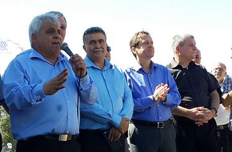 ראש עיריית דימונה בני ביטון (משמאל) בהפגנה היום, עם יצחק הרצוג ועמיר פרץ, צילום: ישראל יוסף