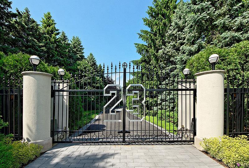 שער הכניסה לאחוזה של ג'ורדן. קשה לפספס את המספר 23 - מספר חולצתו של שחקן הכדורסל