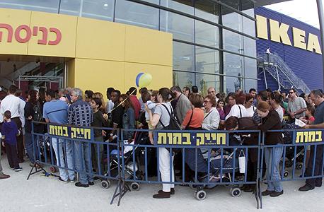אנשים עומדים ב תור ל כניסה לחנות איקאה, צילום: מאיר פרטוש