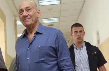 אהוד אולמרט בכניסה לבית המשפט, צילום: גיל יוחנן
