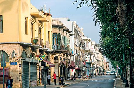 """מבט במעלה שדרות ירושלים. אמנון בר אור: """"בשנות השלושים זה היה מרכז אורבני ותרבותי עם מבנים יפהפיים שהתחרה בתל אביב"""""""