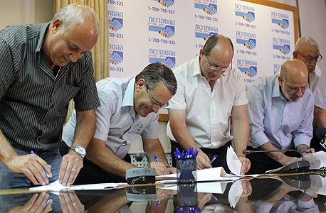 מסיבת עיתונאים כיל אבי ניסנקורן חתימה על הסכם, צילום: עמית שעל