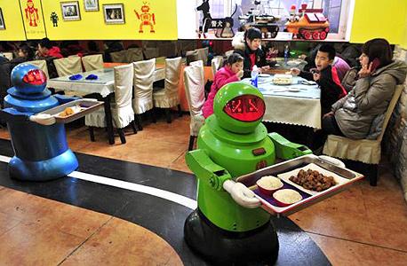 רובוטים מגישים מזון במסעדה