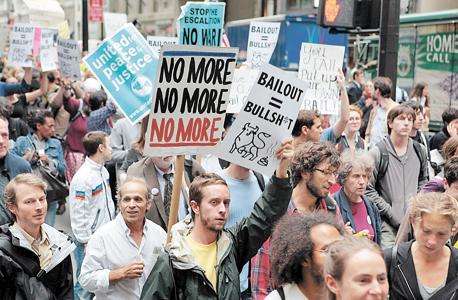 """הפגנה ב ניו יורק במשבר 2008. """"מה שאנחנו רואים כעת זה חזרה על מה שקרה ב־2006–2008: מזינים בועות, במהלך שמסתיים בהתרסקות ומצוקה כלכלית ופיננסית"""""""