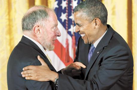 """פרופ' רוברט פאטנם מקבל מהנשיא אובמה את המדליה הלאומית למקצועות ההומניים. """"המצב כיום הוא ההפך ממריטוקרטיה. כמה כסף יש להורים שלך חשוב יותר מהכישרון שלך"""""""