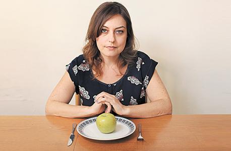 הכתבת ותפוח, רק אחד ליום. חשבתי על מה אני רוצה ועל מה שאין לי. רציתי פירות. רציתי קפה. שמחתי שהלכתי לעבודה, בעבודה יש קפה חינם