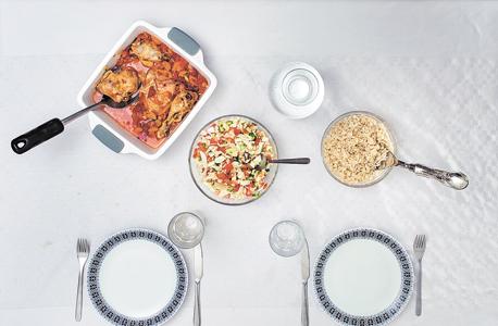 ארוחת השבת. רציתי שהיא תהיה טעימה, אבל נשארנו עם מעט מצרכים יחסית. פרסנו מפה, ערכנו את השולחן, ואז התיישבנו וטרפנו את האוכל במהירות. כל השבוע חיכינו לארוחה הזאת, והיא נגמרה בתוך דקות
