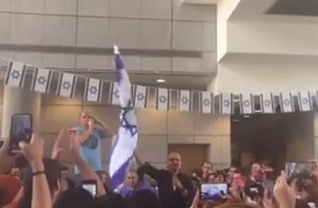 """איציק בנבנישתי מנכ""""ל פרטנר הנכנס היום. מניף את דגל ישראל"""
