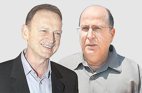 """שר הביטחון יעלון (מימין) ויוחנן לוקר. מערכת הביטחון מתעקשת להציג את הדו""""ח כגרוע"""