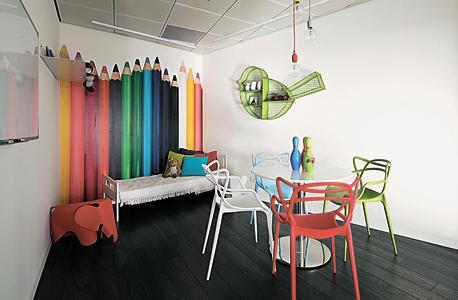 חדר ישיבות שמזכיר חדר ילדים