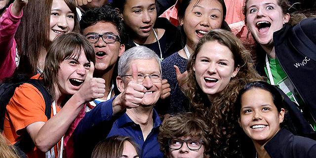 """מנכ""""ל אפל טים קוק וחברים, צילום: בלומברג"""