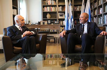 """מנכ""""ל אורנג' ה עולמית סטפן רשאר ו שמעון פרס 2, צילום: דניאל בר און"""