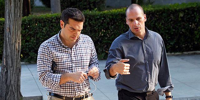 מימין שר האוצר של יוון יאניס ורופקיס וראש הממשלה אלכסיס ציפרס, צילום: אי פי איי