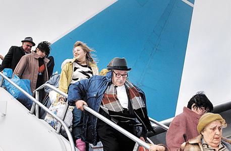 עולים מרוסיה, 1990. פרנקל מונה כסוכן יחיד וניצל את קשריו בפולין כדי להוביל את העולים באמצעות חברת התעופה הפולנית לוט