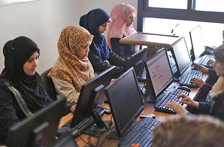 נשים פלסטיניות עובדות בעזה. קיים צורך בתוכן אינטרנטי בערבית