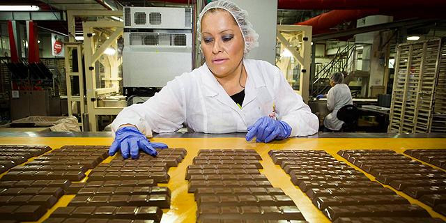 עובדת במפעל (ארכיון), צילום: גיל  נחושתן