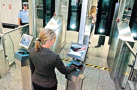 עמדת בדיקת דרכונים ביומטרית בפרנקפורט (ארכיון), צילום: אי פי איי