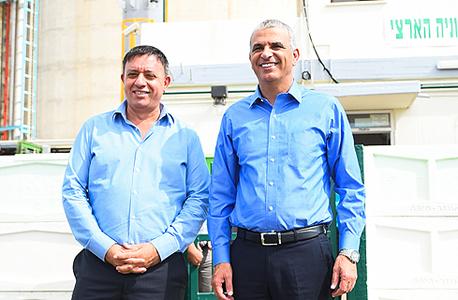 משה כחלון ואבי גבאי במפעל ה אמוניה בחיפה