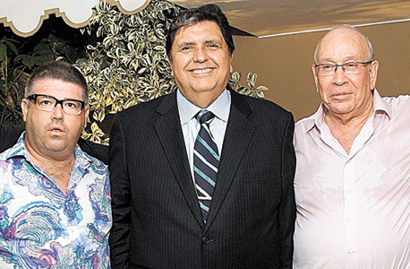 """איבצ'ר (מימין) במסיבת יום הולדתו עם נשיא פרו אלן גרסיה ורני רהב, 2010. """"אני לא מרגיש את הבדל הגילאים בינינו. רני נולד זקן"""""""