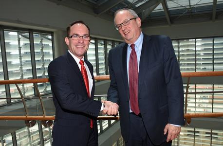 """ג'ון שיהאן, סמנכ""""ל הכספים של מיילן, בפגישה עם מנכ""""ל בורסת ת""""א יוסי ביינארט"""