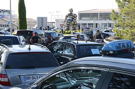 שביתת מוניות ב צרפת פריז בגלל אובר UBER, צילום: רויטרס