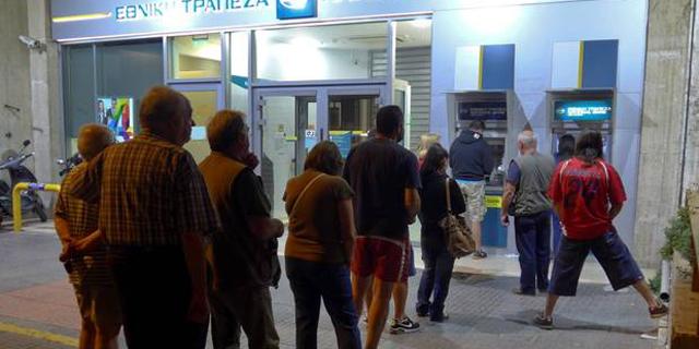 תור למשיכת כסף בכספומטים ביווון, צילום: רויטרס