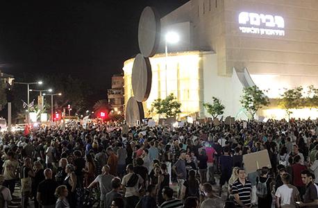 מפגינים בתל אביב, צילום: עמית שעל