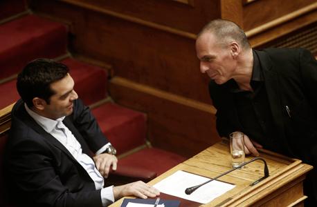 משמאל: ראש ממשלת יוון אלכסיס ציפרס ושר האוצר יניס ורופקיס