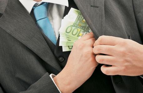על פי החשד הכספים הועברו לחשבונות הקשורים לבן-ארי ולמקורביו
