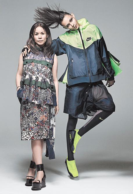 צ'יטוזה אבה (משמאל) ודוגמנית לבושה בפריטים שעיצבה לנייקי