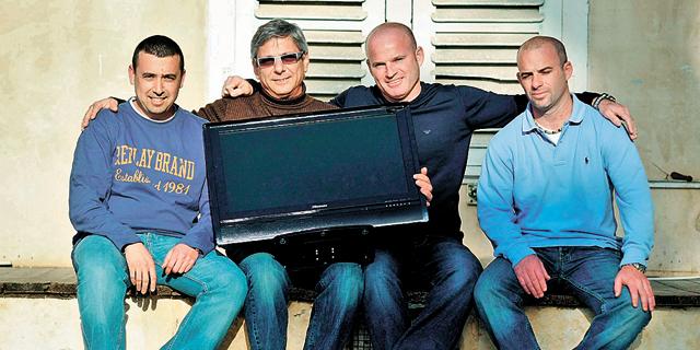 מייסדי AM:PM ניסו לקנות אותה בחזרה מאלון רבוע כחול