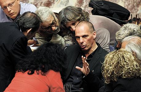 שר האוצר היווני יאניס ורופקיס בדיון עם חברי פרלמנט ביוון, צילום: אי פי איי