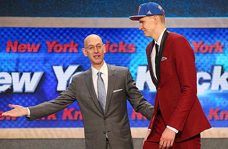 קריסטאפס פורזינגיס  בדראפט ה-NBA עם אדם סילבר, קומישינר הליגה. יש לו פוטנציאל אבל לאוהדי הניקס אין סבלנות, צילום: רויטרס