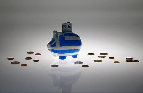למכירה בברלין: קופת חיסכון עם דגל יוון עליה