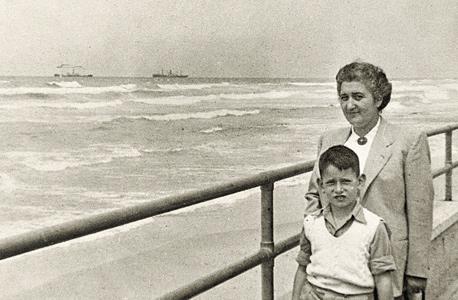 1950. יונה יהב, בן 6, עם אימו אתל בחוף הים בתל אביב