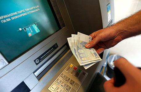 כספומט באתונה. ניתן להוציא רק 60 יורו ביום, צילום: רויטרס