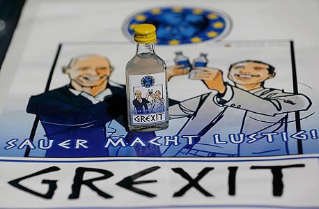בקבוק וודקה בגרמניה עם דמיות ראש ממשלת יוון ושר האוצר שלו
