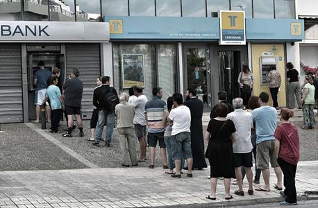 תור לכספומט ביוון. הצטיידו במזומנים