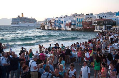 מיקונוס יוון מסעדות חוף ים קרוז תיירים