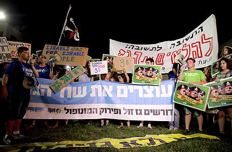 """הפגנה על מתווה הגז אמש. כותרות כמו """"שוד הגז"""" עושות רעש בפייסבוק, אך בפועל, אינן מסייעות"""