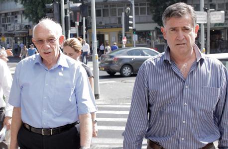 """ראשי מגה בדרך לפגישה עם הספקים מימין: רביב ברוקמאייר מנכ""""ל מגה ו אביגדור קפלן מנכ""""ל רבוע כחול, צילום: עמית שעל"""