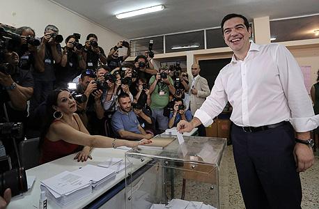 אלכסיס ציפראס, ראש ממשלת יוון, מצביע במשאל העם
