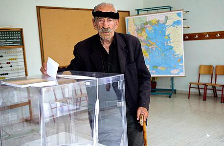 קשיש בכרתים מצביע במשאל העם