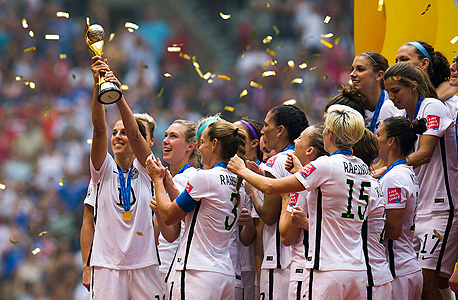 נבחרת ארצות הברית חוגגת עם הגביע. מונדיאל שובר שיאים